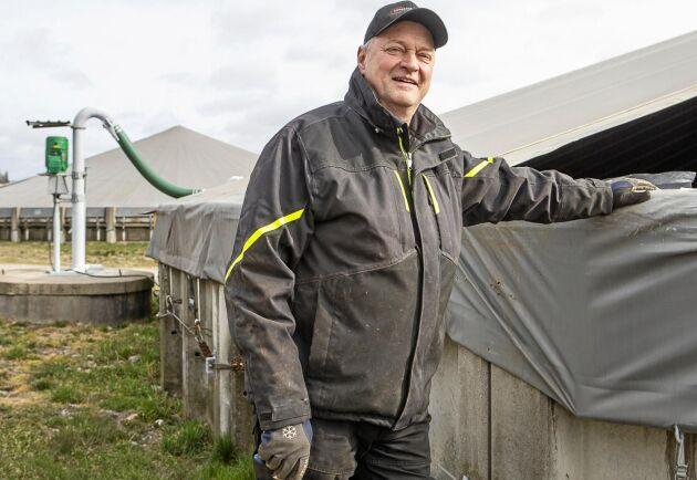 Håkan Wahlstedt vid de takförsedda gödselbrunnarna.