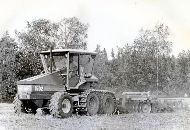 När band användes runt bakhjulen för att öka dragförmågan kan det inte ha lockat eventuella kunder med gårdar som hade åkrar utspridda över stora ytor.