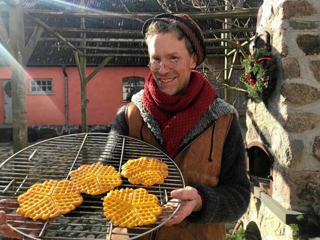 Gustav gräddar saffransvåfflor med saffran som de odlat själva för första gången i år.