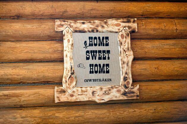 """En tavla med texten, Home Sweet Home, hänger på väggen. """"Huset är min pensionsförsäkring, här ska jag bli gammal"""" , säger han."""