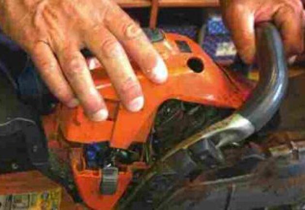 Luftfilter: Rengör luftfiltret. Det sitter under motorkåpan som enkelt går att ta loss.