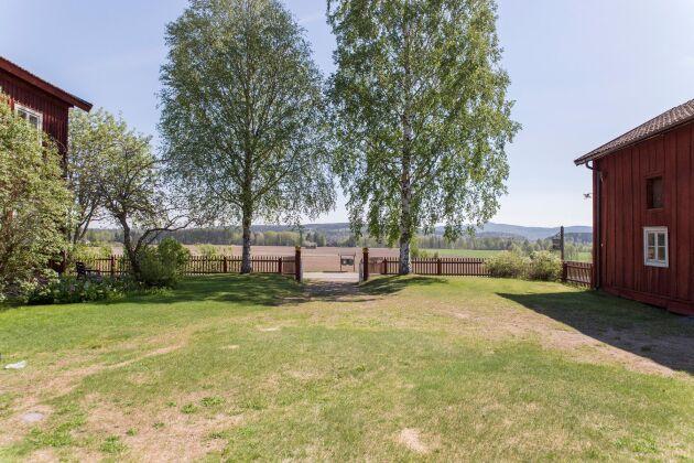 Gästgivars erbjuder en imponerande utsikt över fälten i Vallstanejden.
