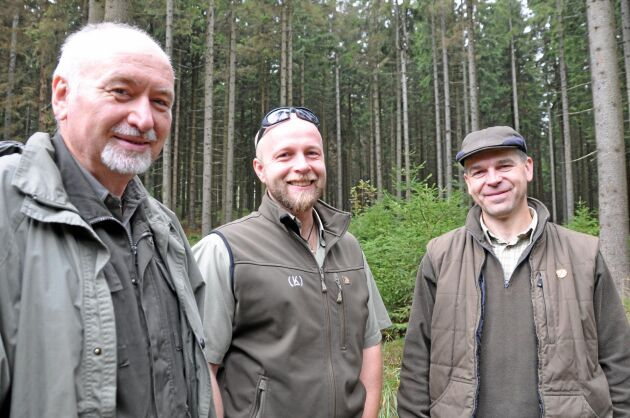 Från vänster: Miroslav Matoušek, jägare och chef för skogsverksamheten inom bolaget, samt de externa skogsingenjörerna Karel Viačka och Petr Novotný.