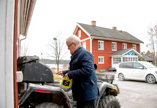 Att ladda batteriet till fyrhjulingen från ett eluttag på ekonomibyggnaden skulle kosta Kjell Gustafsson drygt 20 000 kronor i utebliven grön skattereduktion. Men Skatteverket insåg att det var orimligt och ändrade reglerna.