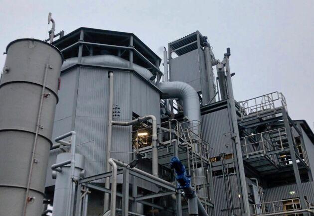 I det åttakantiga tornet på Cortus anläggning reagerar kolpulver med ånga och ger en biogas som kan användas i Högnas tillverkning av metallpulver.