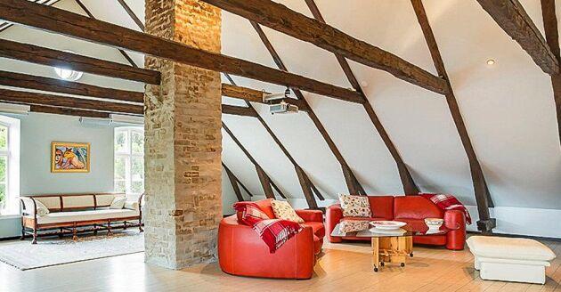För den som gillar synliga takbjälkar så återfinns det på övervåningen.