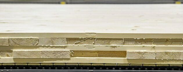 Limträ i olika former, här handlar det om en KL-trä-skiva i fem lager som just limats och pressats vid Martinsons limträfabriker i Bygdsiljum i Västerbotten.