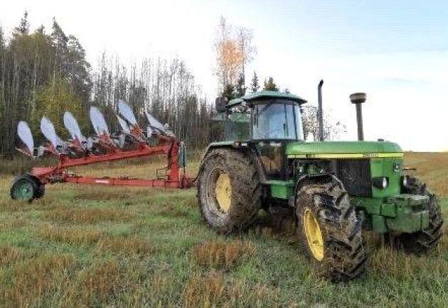 Plöjning med John Deere 3650, årsmodell 1990, med 9100 timmar på mätaren. Leo Klinge är mycket nöjd med traktorn.