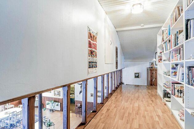 Hallen på övre plan där det också finns sovrum med snedtak.