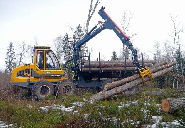 Den första av Sampos nya, större maskiner går nu hos Handens Skog.