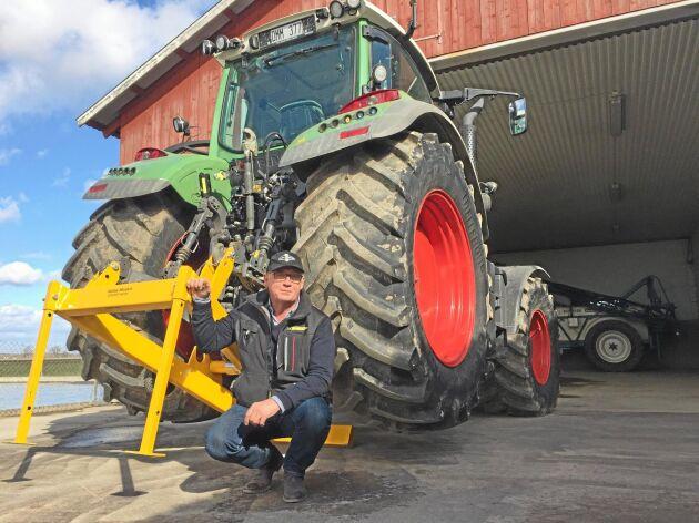En lyftram för säkrare och snabbare hjulbyten på traktorn har utsetts till årets vinnare av arbetsmiljöpriset.