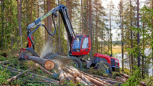 Skogforsk har studerat fem stora slutavverkningsskördare, bland annat Komatsu 951.