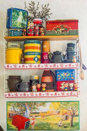 Uppiggande färger och former! Vägghyllan med färgglada retroburkar är prydd med klassiska hyllremsor.