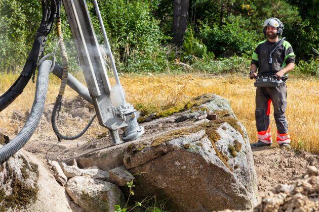 Emil Friman trivs med jobbet att röja åkrar från sten.