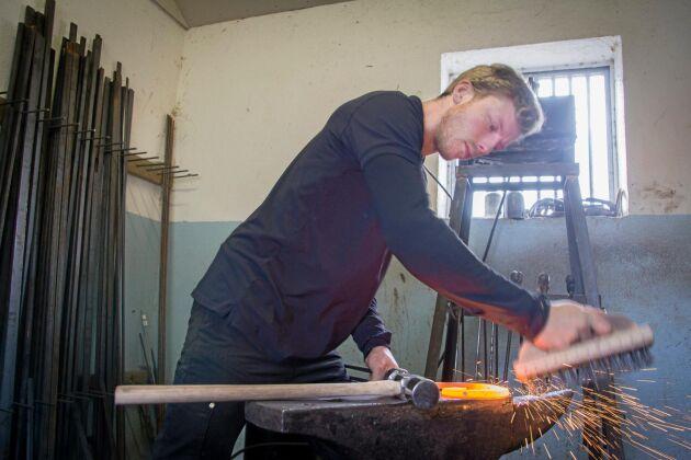 När järnet nått rätt temperatur har Jonatan Olsson några minuter på sig att bearbeta materialet innan det måste värmas upp på nytt.