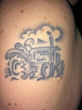 """""""Traktorn är en symbol för det som följt mej genom livet"""", skriver Helena Bonnmora i Krogsered."""