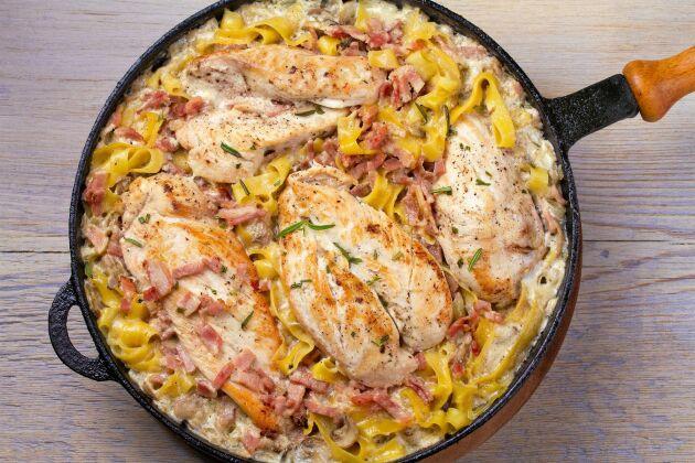 Pastapanna med kycklingbröstfilé, bacon och gräddig svampsås.