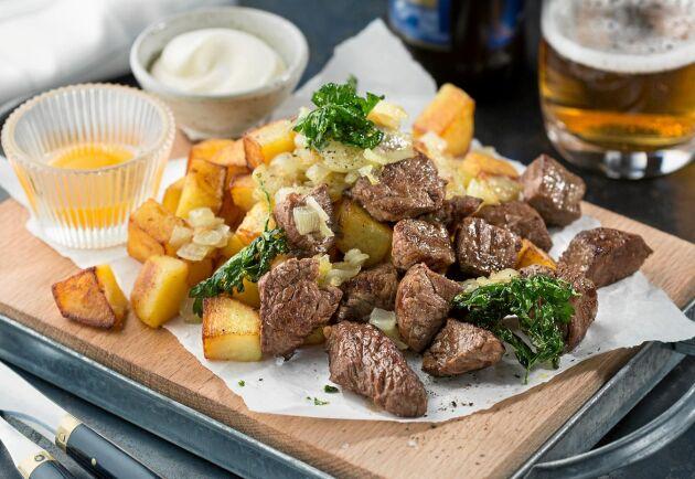 Biff Rydberg består av oxfilé i bitar som steks och serveras med stekt potatis och lök, senapssås och råa äggulor. Smakar himmelskt!