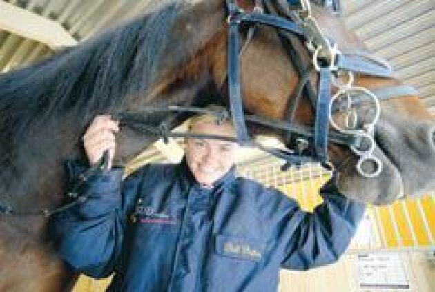 Tränare med A-licens. Ellinor Lind med licens från Gävletravet bygger hus på Julmyra gård. På sikt erbjuder hon sin kunskap till dem som flyttar in i hästbyn. För dagen är det Staffan Svenssons häst Royal Fayline som ska ut på en ridtur i skogen.