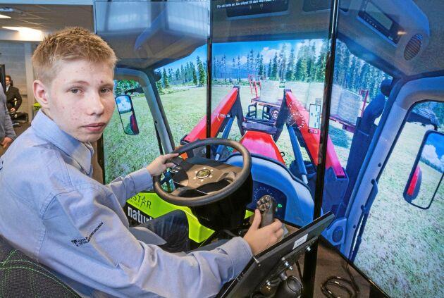 Björn Strand Olsson från Tidaholm tror att han i första hand kommer att ägna sig åt växtodling i framtiden. Han ägnar många timmar, även efter skoltid, åt att träna körning i simulatorn.