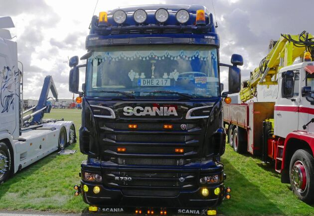Meningen är delad bland lastbilschaufförer. Är en gammeldags bakelitratt något som passar i en modern lastbil? Samuel Jonasson på Roland Jonassons åkeri i Norrköping vet vad han tycker.