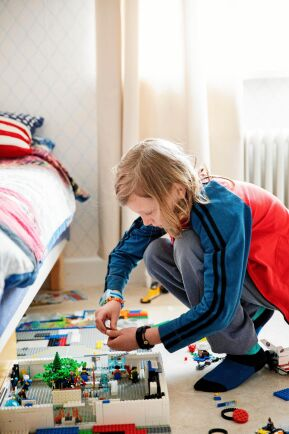 Morris har plats att bygga hela världar av lego i sitt rum.