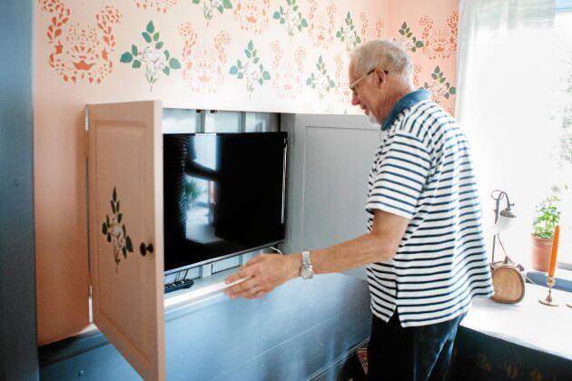 Kenneth visar det fiffiga inbyggda skåpet där den moderna platt-TVn göms undan.