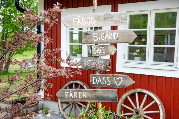 Mängden skyltar visar mångfalden av sevärdheter på gården plus faciliteterna.