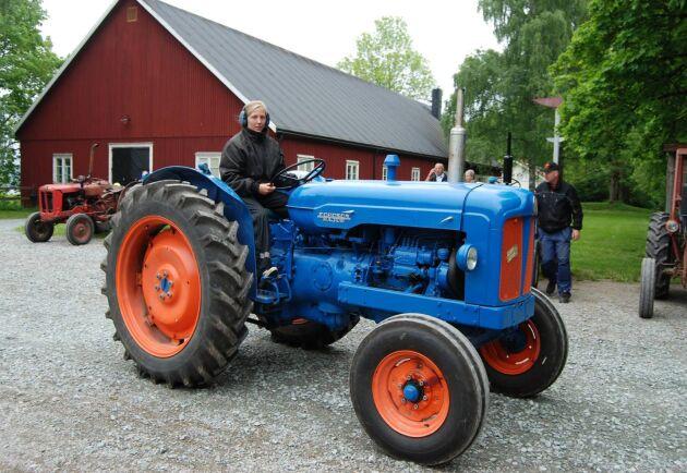 Ester Lennartson körde en blänkande blå Fordson Major i helgens Traktorrally i Bengtsfors.