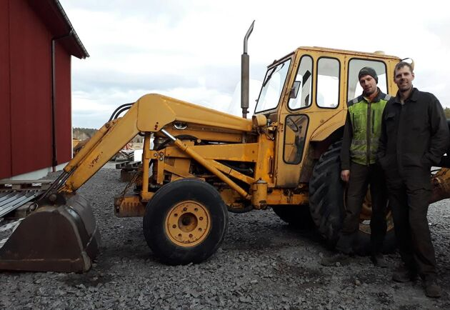 Krister och hans bror Kenneth Gunnarsson med gårdens veterangrävare, en MF 3165 S.