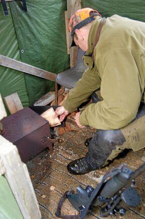 En portabel kamin eller tältspis är förstås en lyx. Kan eldas efter behov och man slipper risken att elden ska sprida sig.