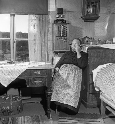 Hilma Viltok sköter telefonväxeln i Akkavare från sin bostad. (1949)