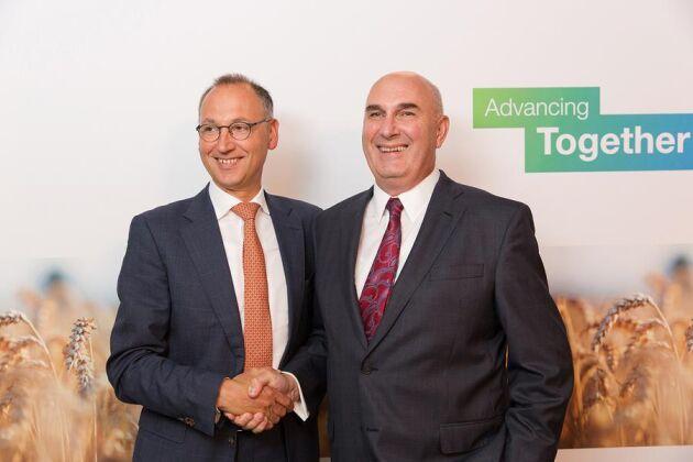 Werner Baumann, Bayer, skakar hand med Hugh Grant, Monsanto.