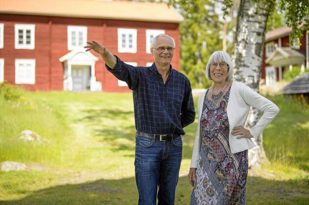 Leif Nordlöf och Ulla Mortimer framför museet.