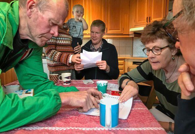 Lantbrukarna Gert Jönsson, Oskar Lindström och Gun Jönsson går tillsammans igenom Scandivanadiums planer på en gruva på Österlen.