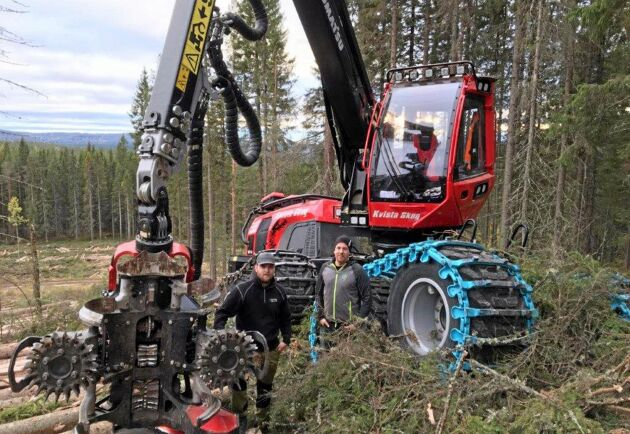Årets unga skogsentreprenör, Åke Kristoffersson, ute på jobb med medarbetaren Kristoffer Grundroth.