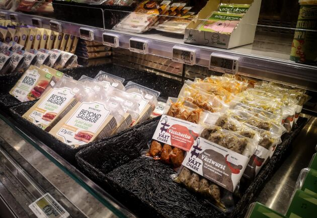 """""""Nu ligger mina produkter bredvid Beyond Meats i charkdisken. Det gör ingenting alls, så länge mina säljer bättre. Och det gör de"""", skrattar Petter Bendelin, som menar att det är skillnad på vegoprodukter som bara vill ersätta kött och på hans växtbaserade och hantverksmässigt framställda korvar och burgare."""