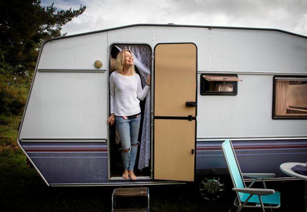 Musikern Elin Örebrand köpte en begagnad husvagn förra sommaren och fick en drömsemester på fyra hjul med sina tre döttrar.