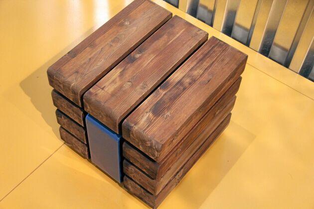 Rustik pall i linoljeimpregnerad furu för interiört och exteriört bruk i offentliga miljöer. Tillverkare: Vestre, Norge.