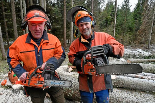 Ordföranden Ola Lindström menar att det ska vara roligt att vara skogsägare. Gemenskap med andra skogsägare gör skogsbruket roligare. Från vänster Frank Andersson och Ola Lindström.