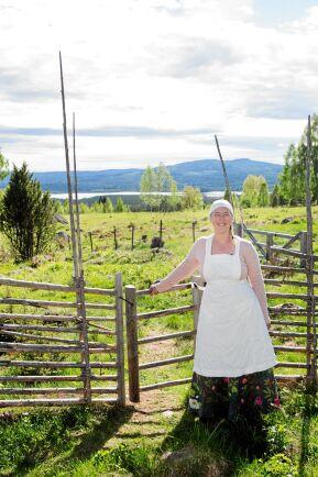 Linda njuter av livet på fäboden Grejsan med underbar utsikt.