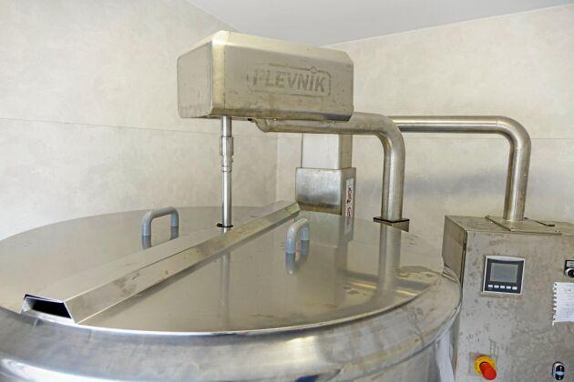 Pastöriseringsmaskinen värmer mjölken till 63 grader i 30 minuter. Sen kyler den till 3 grader. 100 liter tar två timmar. Den kan också göra ost eller yoghurt i egna program.