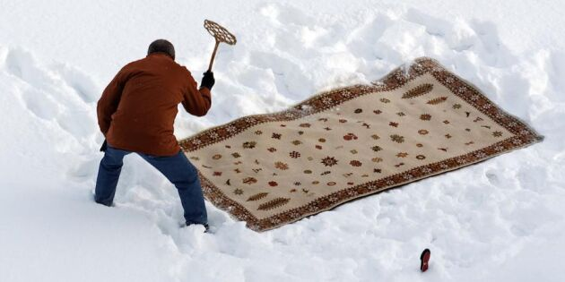 Låt naturen städa åt dig: Tvätta mattorna i snön!