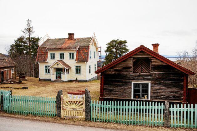 Den gula fasaden och de pistagegröna knutarna och staketet är ovanliga i byn.