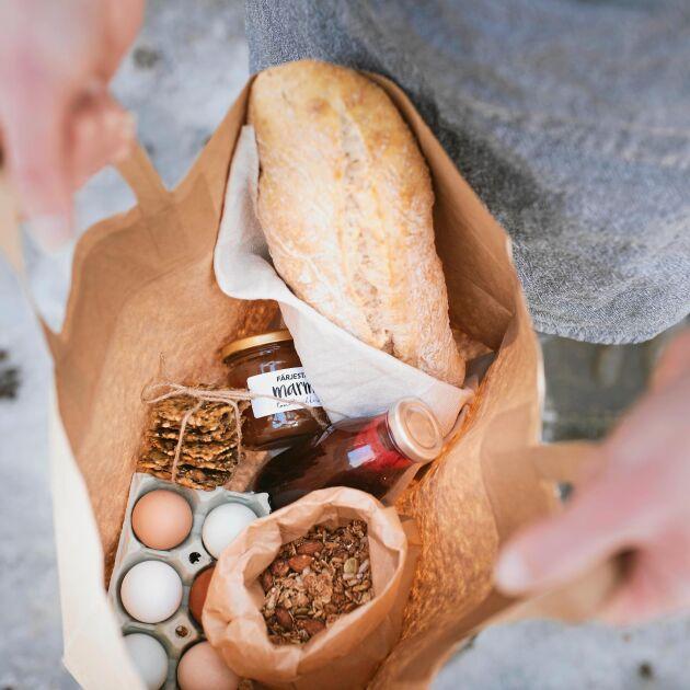Frukostpåse med gården ägg, honung eller marmelad och bröd som beställs via Facebook och levereras hem till dörren.