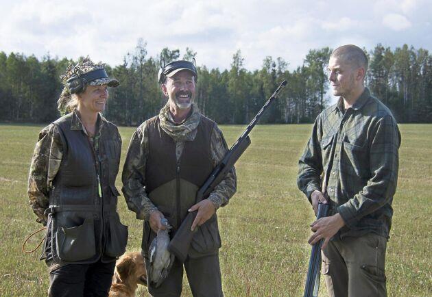Jessica Andersson, Niclas Kilhage och Axel Jonsson avslutar dagens duvjakt.