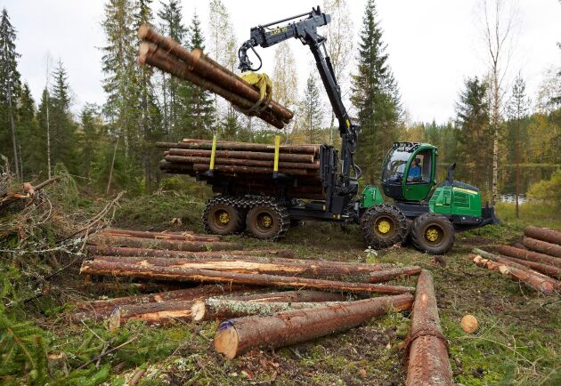 Begagnade skogsmaskiner i mellanstorlek är en bristvara för John Deere, skotaren 1510E är en av dem.