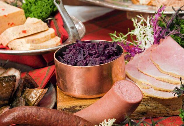 Vill du äta svensk färsk rödkål i jul gör du klokt i att köpa den redan nu. Det råder brist efter den torra sommaren 2018.