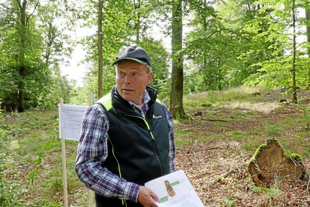 Roland Månsson är skogskonsulent på Skogsstyrelsen i Skåne och uppmanar skogsägare att vara aktiv i sin bokskog. En bra tumregel är att dividera åldern med tio. Är bokskogen 60 år gammal ska du gallra vart sjätte år. Är bokskogen 20 år gammal ska du vara inne och röja och jobba med skogen vartannat år.
