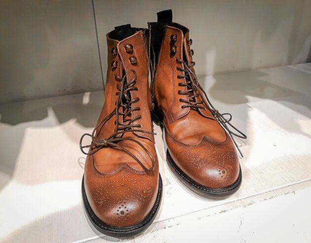 Nylonstrumpor blir en perfekt putsduk till ett par skor.